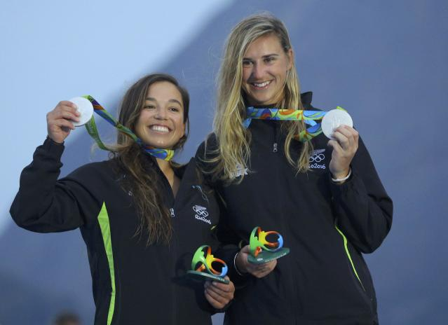 2016 Rio Olympics - Sailing - Victory Ceremony - Women's Skiff - 49er FX - Victory Ceremony - Marina de Gloria - Rio de Janeiro, Brazil - 18/08/2016. Alex Maloney (NZL) of New Zealand and Molly Meech (NZL) of New Zealand pose with their silver medals. REUTERS/Brian Snyder FOR EDITORIAL USE ONLY. NOT FOR SALE FOR MARKETING OR ADVERTISING CAMPAIGNS.