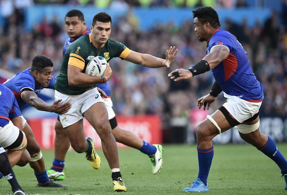 South Africa's centre Damian de Allende (C) runs with the ball during their Rugby World Cup Pool B match against Samoa, at Villa Park in Birmingham, on September 26, 2015 (AFP Photo/Bertrand Langlois)