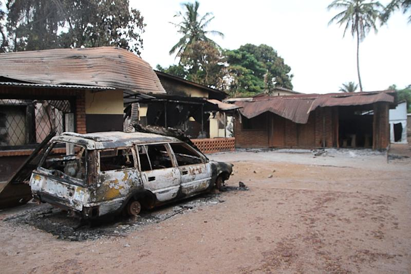 A burned car near a church in Bazanga, a Muslim district of Bangui, on October 3, 2015 (AFP Photo/Edouard Dropsy)