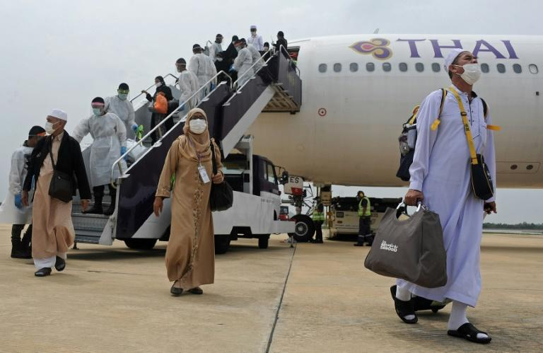 This picture taken on October 1, 2015 shows Thai Muslims disembarking from a plane upon their return from the Hajj pilgrimage in Mecca at Narathiwat airport, southern Thailand