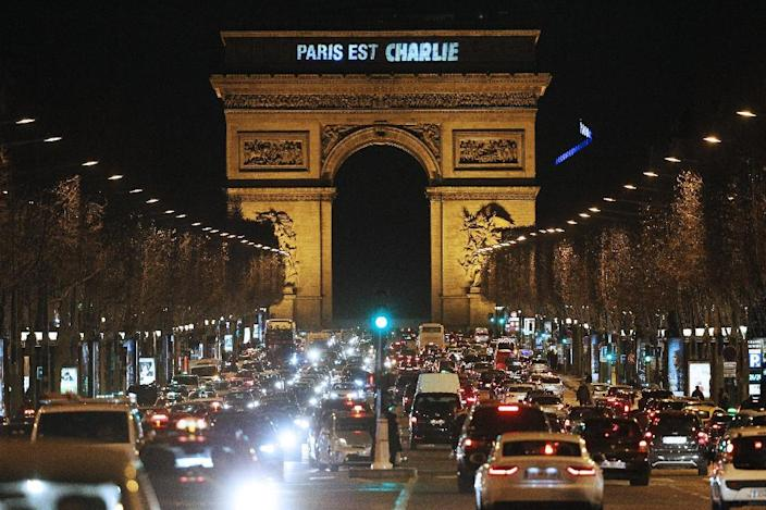 """""""Paris est Charlie"""" (Paris is Charlie) is projected onto the Arc de Triomphe in Paris, on January 9, 2015, to pay tribute to the victims of a deadly attack on the Paris headquarters of French satirical weekly Charlie Hebdo (AFP Photo/Matthieu Alexandre)"""