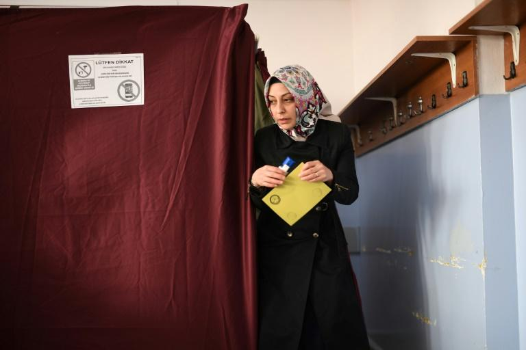 A woman walks to the ballot box to place her vote in the referendum on expanding the powers of the Turkish president on April 16, 2017 in Istanbul