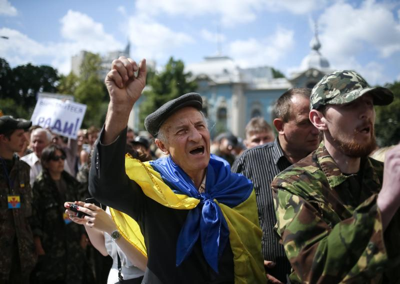 People take part in a rally to press demands for parliament to be dissolved and early elections outside the assembly in Kiev June 17, 2014. REUTERS/Gleb Garanich (UKRAINE - Tags: POLITICS CIVIL UNREST ELECTIONS)
