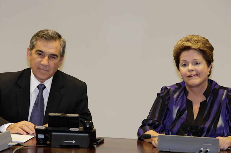 Brazil's President Dilma Rousseff, right, and Gilberto Carvalho, secretary-general of the presidency of Brazil, second right, attend a meeting with representatives of the Free Fare Movement, the group that ignited the original protests in Sao Paulo against a hike in public transport fares, at the Presidential Palace, in Brasilia, Brazil, Monday, June 24, 2013. (AP Photo/Eraldo Peres)