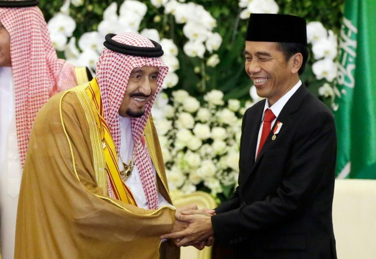Saudi Arabia's King Salman bin Abdul Aziz (L) held talks with Indonesian President Joko Widodo (R) in Bogor, West Java, on March 1, 2017