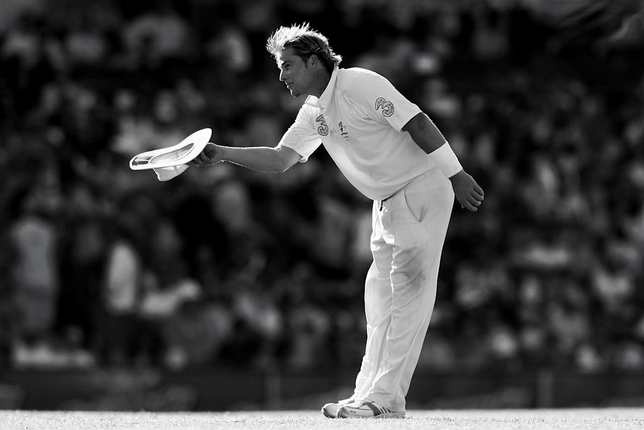 SYDNEY, AUSTRALIA - JANUARY 4:  Shane Warne of Australia bows to the crowd at the end of day three of the fifth Ashes Test Match between Australia and England at the Sydney Cricket Ground on January 4, 2007 in Sydney, Australia.  (Photo by Mark Nolan/Getty Images)