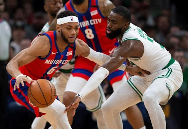 Detroit Pistons guard Bruce Brown (L) keep the ball away from Boston Celtics guard Jaylen Brown (R) during the second quarter of the NBA basketball game between the Boston Celtics and the Detroit Pistons at the TD Garden in Boston, Massachusetts, USA, 15 January 2020. (Baloncesto, Estados Unidos) EFE/EPA/CJ GUNTHER