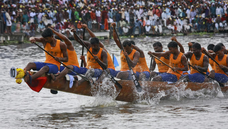 Oarsmen row their boat during the 59th Nehru trophy boat race in Alleppey, located in the southern Indian state of Kerala August 13, 2011. REUTERS/Sivaram V (INDIA - Tags: ANNIVERSARY SOCIETY)