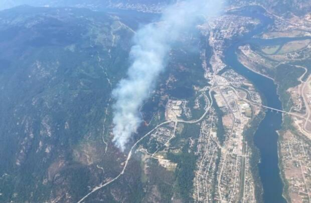 A wildfire to the west of Castlegar, B.C., is threatening some homes in the area.  (BC Wildfire Service - image credit)