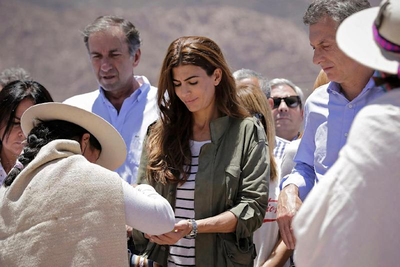 Mauricio Macri (R) and his wife Juliana Awada (C) are photographed during an homage with indigenous representatives in Huacalera, Argentina on November 19, 2015 (AFP Photo/)