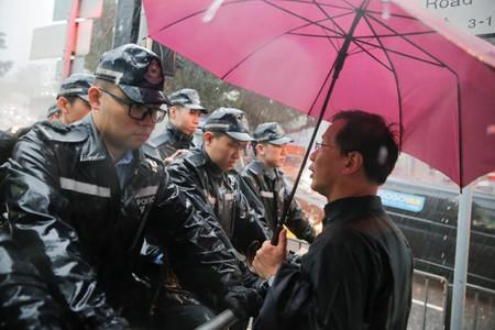 Police prevent Civic Party politician Kwok Ka-ki from approaching Government House in Hong Kong