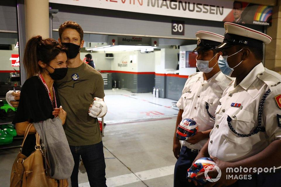 "Romain Grosjean, Haas F1 meets the marshals and medical staff including Doctor Ian Roberts, medical car driver Alan van der Merwe who helped him in his crash at last Grand Prix<span class=""copyright"">Andy Hone / Motorsport Images</span>"