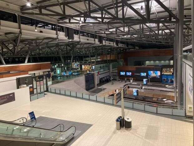 The security checkpoint and arrivals area of the Ottawa International Airport was eerily quiet on a Sunday evening in January. (Rémi Authier/Radio-Canada - image credit)