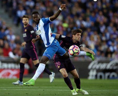 Soccer Football - Espanyol v Barcelona - Spanish La Liga Santander - RCDE stadium, in Cornella-El Prat (Barcelona), Spain - 29/04/2017. Barcelona's Sergi Roberto and Espanyol's Felipe Caicedo in action. REUTERS/Albert Gea