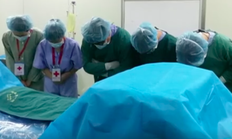 Pictures of Chinese doctors bowing at Phil's bedside went viral. Source: 7 News