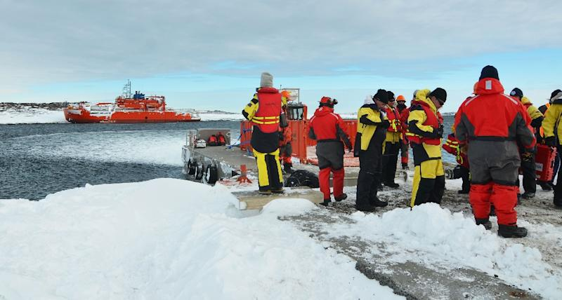 Expeditioners evacuated from Australia's flagship icebreaker Aurora Australis, watch as the ship is refloated after running aground at Mawson research station in Antarctica (AFP Photo/)