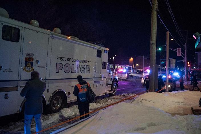 Canadian police officers respond to a shooting in a mosque at the Québec City Islamic cultural center on Sainte-Foy Street on January 29, 2017 (AFP Photo/Alice Chiche)