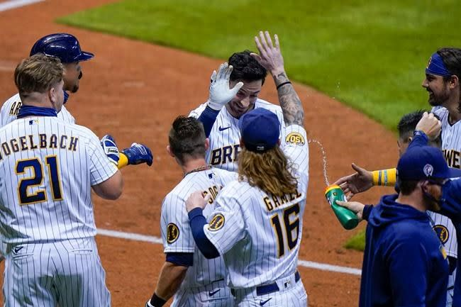 Yelich scores on Braun's fly in 9th, Brewers beat Cubs 1-0