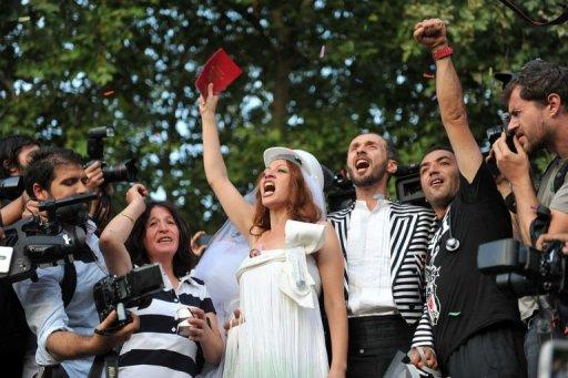 <p>Newly married couple Nuray (L) and Ozgur chant slogans in Gezi Park on July 20, 2013 in Istanbul.</p>