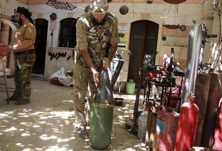 A Free Syrian Army fighter prepares a homemade shell in the old city of Aleppo September 10, 2013. REUTERS/Molhem Barakat