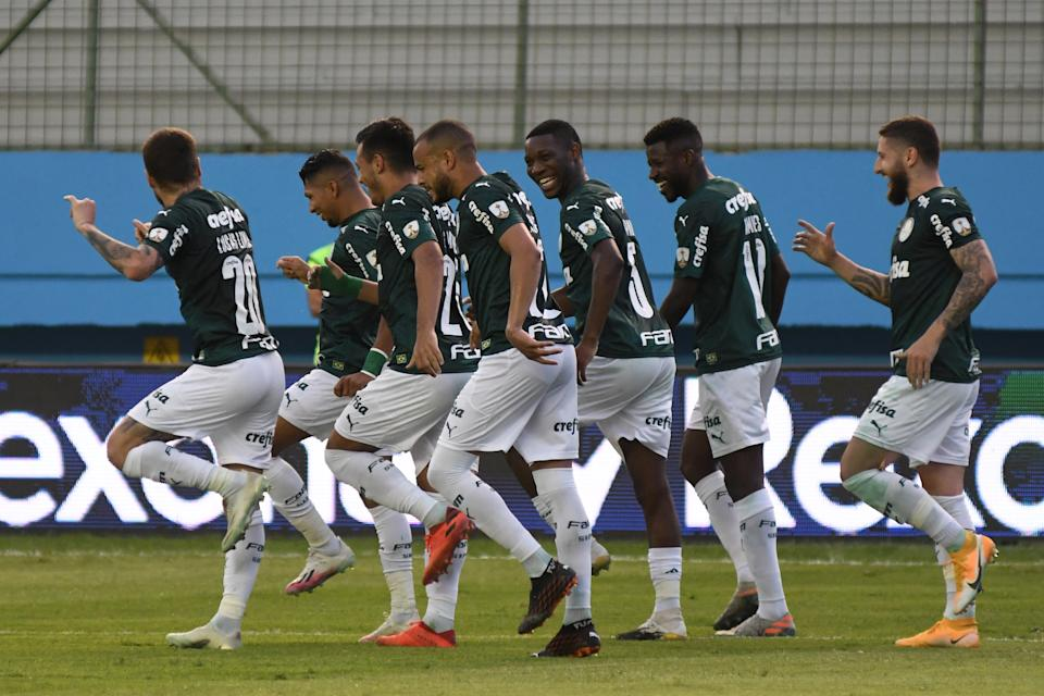 MANTA, ECUADOR - NOVEMBER 25: Roni of Palmeiras celebrates with teammates after scoring the second goal of his team during a round of sixteen first leg match between Delfin and Palmeiras at Jocay Stadium on November 25, 2020 in Manta, Ecuador. (Photo by Ariel Ochoa - Pool/Getty Images)