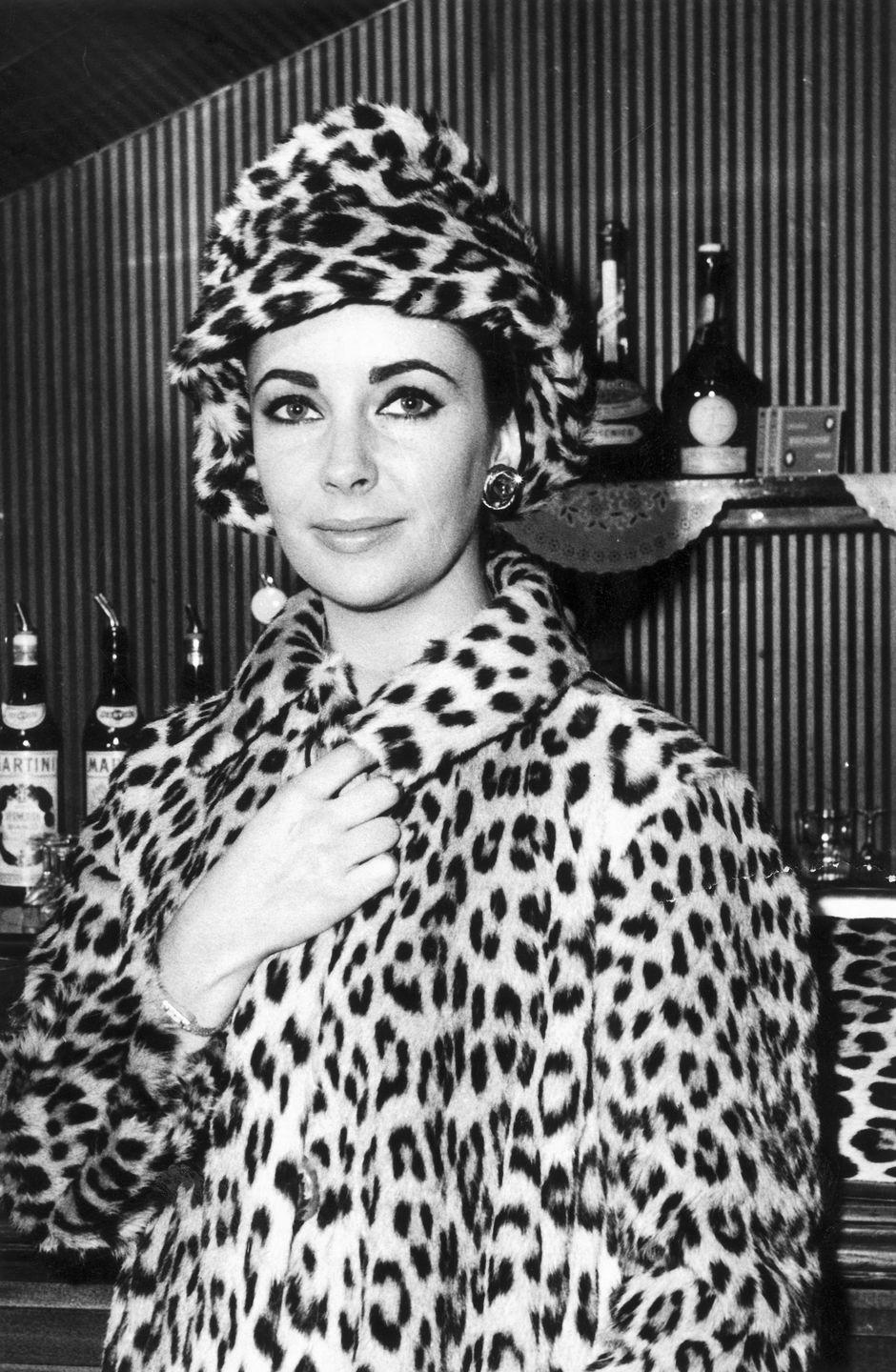 <p>Feeling feline? Elizabeth Taylor shows us how to wear head-to-toe leopard print with confidence.<br></p>