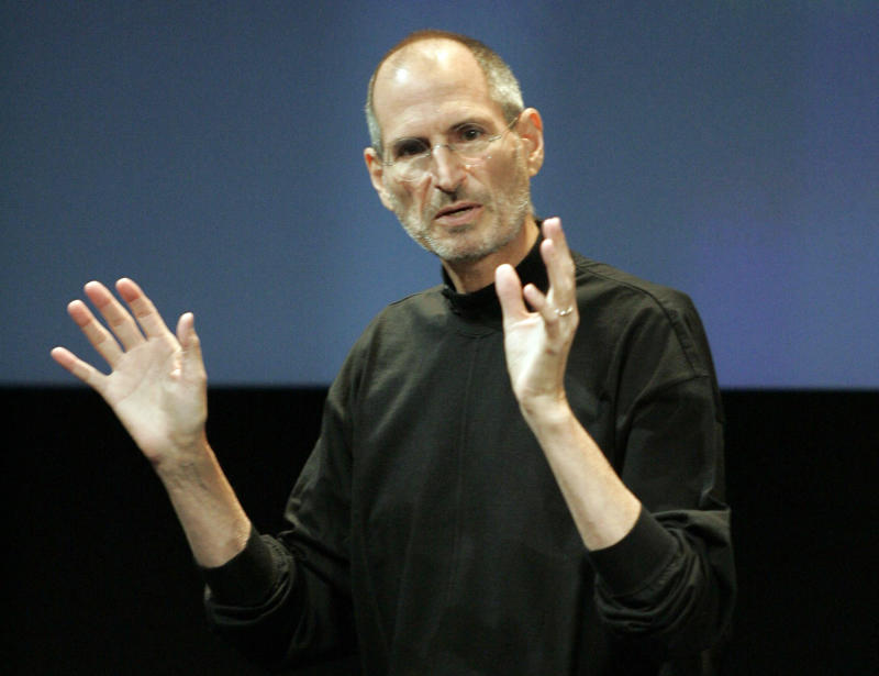 """Apple CEO Steve Jobs addresses antenna problems in the iPhone 4 during a news conference at Apple headquarters in Cupertino, California, July 16, 2010. Jobs downplayed antenna and reception issues with the iPhone 4, saying """"this has been blown so out of proportion, it's incredible."""" REUTERS/Kimberly White (UNITED STATES - Tags: SCI TECH BUSINESS)"""
