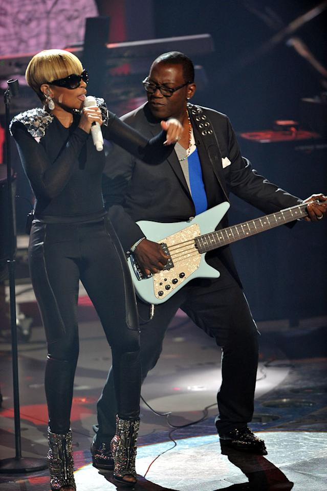 "Mary J. Blige performs with Randy Jackson on <a href=""/american-idol/show/34934"">""Idol Gives Back.""</a>"