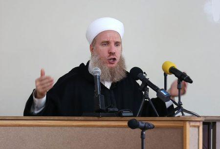 Syrian cleric, Shaykh Muhammad Al?Yaqoubi, leads a prayer service in memory of Abdul-Rahman Kassig, whose name was Peter before his conversion to Islam, in Fishers, Indiana, November 21, 2014.  REUTERS/Chris Bergin