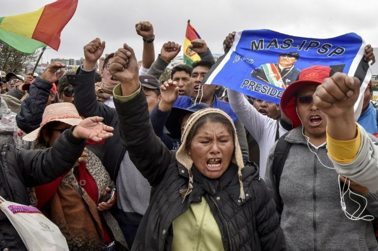 Supporters of President Evo Morales's Movement for Socialism protested on November 5, 2019 outside the international airport in El Alto, Bolivia (AFP Photo/AIZAR RALDES)