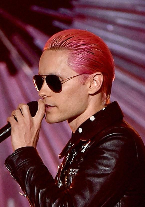 <p>Just two days ago Leto arrived in LA with slicked back bright green hair from his role in <i>Suicide Squad</i>, but on stage at the VMAs he went with hot pink paired with dark shades.</p><p>Source: Getty Images<br></p>