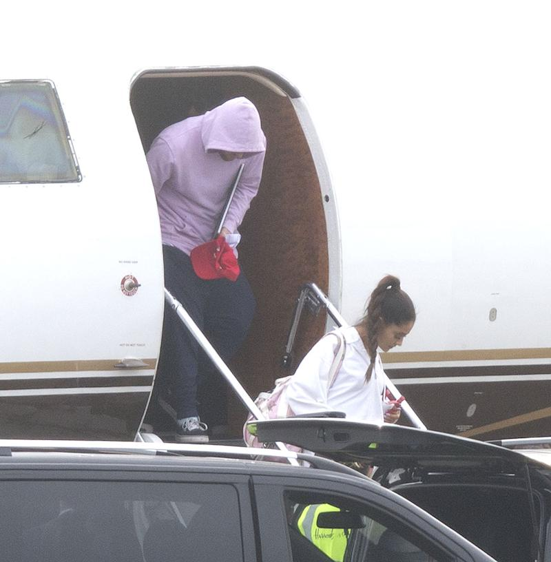 Ariana Grande and Mac Miller arrive in the U.K. on June 1. (Photo: Backgrid)