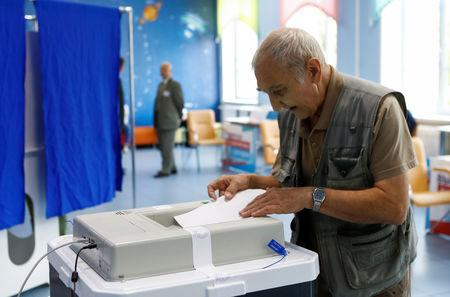 FILE PHOTO: A man casts his ballot during mayor election at a polling station in Moscow, Russia September 9, 2018.  REUTERS/Sergei Karpukhin