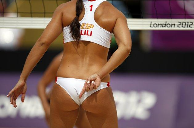 Both hands won't be used with every signal, as Spain's Liliana Fernandez Steiner shows with her call for her partner to block down the right line.