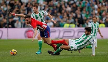 Soccer Football - La Liga Santander - Real Betis vs Atletico Madrid - Estadio Benito Villamarin, Seville, Spain - December 10, 2017 Atletico Madrid's Saul Niguez in action with Real Betis' Antonio Barragan REUTERS/Jon Nazca