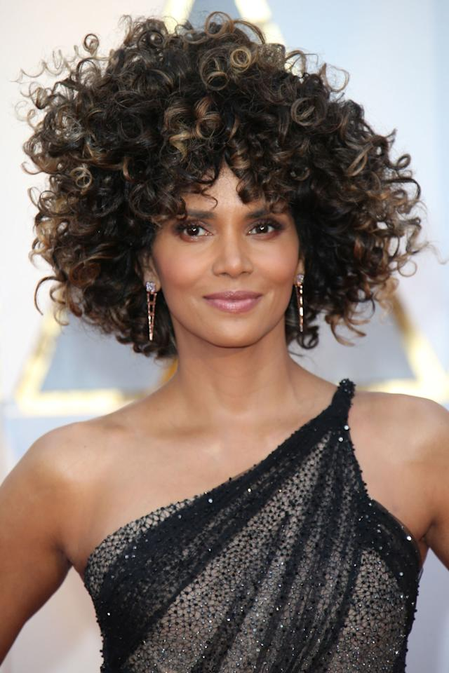 "<p>The actress' short 'do was an instant head-turner on the <a rel=""nofollow"" href=""http://www.redbookmag.com/fashion/news/g4168/oscars-red-carpet-dresses-2017/"">2017 Oscars red carpet</a>.</p><p><strong>RELATED: </strong><a rel=""nofollow"" href=""http://www.redbookmag.com/beauty/hair/news/g2971/hairstyles-for-curly-hair/""></a><strong><a rel=""nofollow"" href=""http://www.redbookmag.com/beauty/hair/news/g2971/hairstyles-for-curly-hair/"">15 Easy-to-Copy Hairstyles for Curly Hair</a></strong></p>"