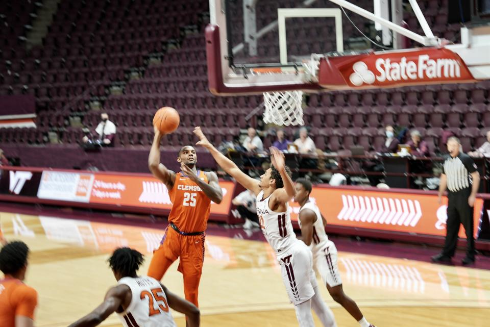 Forward Aamir Sims drives the lane during the first half at Cassell Arena. (Yahoo Sports photo)