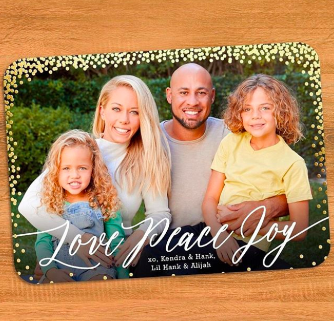 """The <em>Kendra on Top </em>star, who was also paid to share a shot of her fam, wished her fanbase """"Love, peace, and joy."""" The blonde, her hubbby Hank Baskett, and kids, Hank Jr. and Alijah, were all in sync with their smiles. (Photo: <a href=""""https://www.instagram.com/p/BbvBmXcA6no/?hl=en&taken-by=kendra_wilkinson_baskett"""" rel=""""nofollow noopener"""" target=""""_blank"""" data-ylk=""""slk:Kendra Wilkinson via Instagram"""" class=""""link rapid-noclick-resp"""">Kendra Wilkinson via Instagram</a>)"""