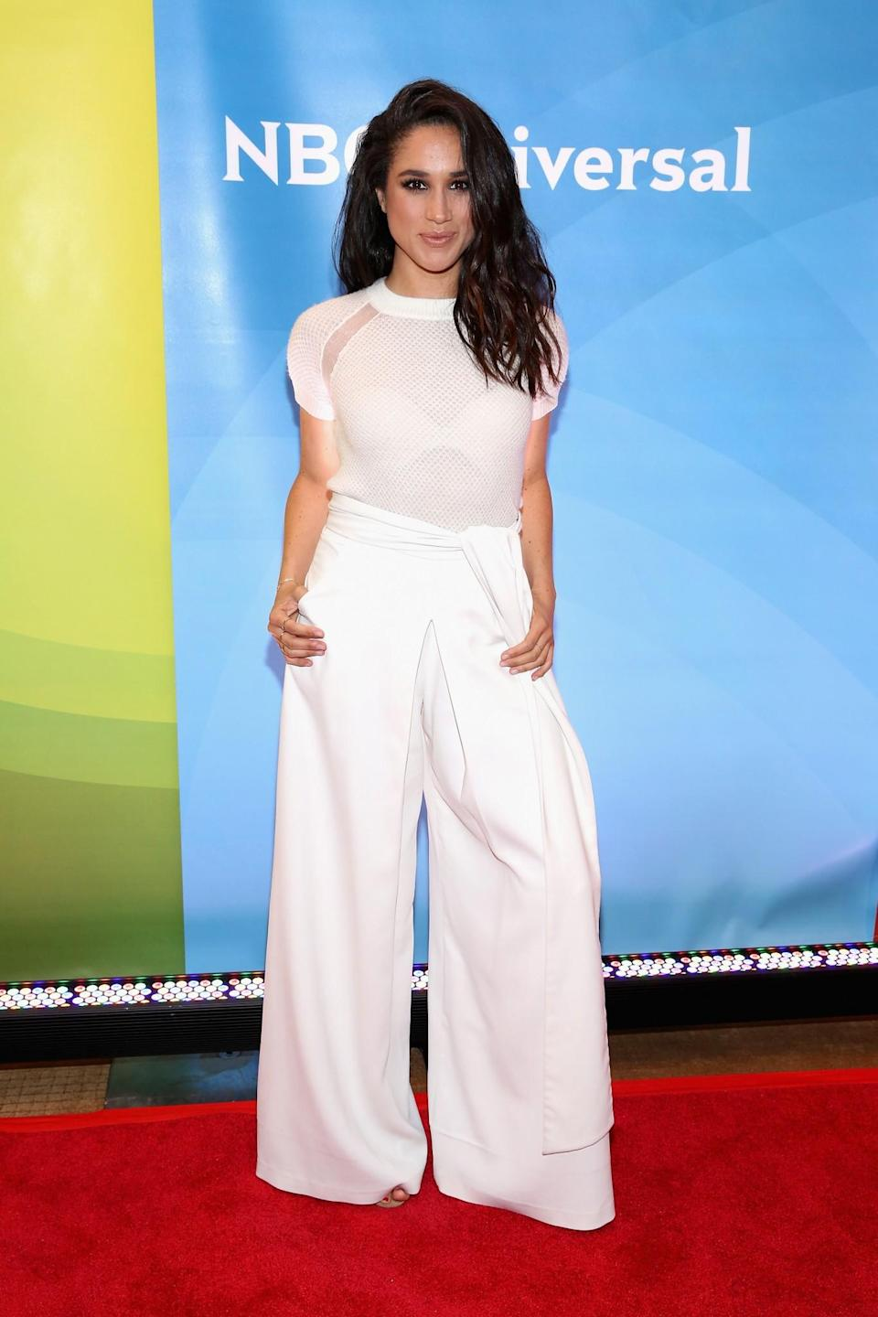 <p>Meghan avait choisi le blanc pour un événement à New York. Elle ne manquait pas d'élégance dans son pantalon large et son T-shirt transparent.<br><em>[Photo : Getty]</em> </p>