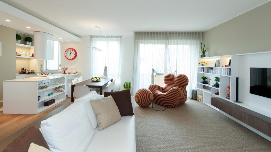 <p>If you thought that a sumptuous white sofa was the most exciting piece of furniture in place in this lovely living space, think again! A beautiful, if avant garde, armchair and matching footstool have been installed and instantly bring fun into play in this interior design scheme. We're only just getting started though!</p>  Credits: homify / Studio Associato Casiraghi