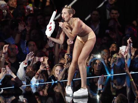 "Singer Miley Cyrus performs ""Blurred Lines"" during the 2013 MTV Video Music Awards in New York August 25, 2013. REUTERS/Lucas Jackson"