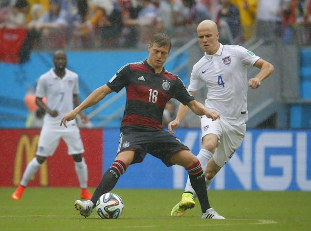Germany's Toni Kroos (L) fights for the ball with Michael Bradley of the U.S. during their 2014 World Cup Group G soccer match at the Pernambuco arena in Recife June 26, 2014. REUTERS/Laszlo Balogh (BRAZIL - Tags: SOCCER SPORT WORLD CUP)