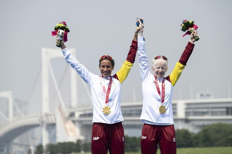 Spanish gold medallist Susana Rodriguez celebrates with her guide Sara Loehr (AFP/Charly TRIBALLEAU)