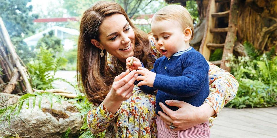 <p>Prince Louis gathers sticks with his mother. </p>