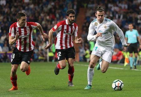 Soccer Football - La Liga Santander - Real Madrid vs Athletic Bilbao - Santiago Bernabeu, Madrid, Spain - April 18, 2018 Real Madrid's Gareth Bale in action with Athletic Bilbao's Raul Garcia and Oscar de Marcos REUTERS/Susana Vera