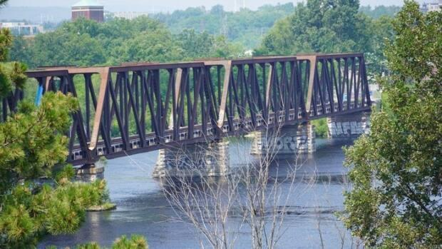 The Chief William Commanda Bridge, formerly known as the Prince of Wales Bridge, crosses the Ottawa River between Ottawa and Gatineau. (Hugo Bélanger  - image credit)