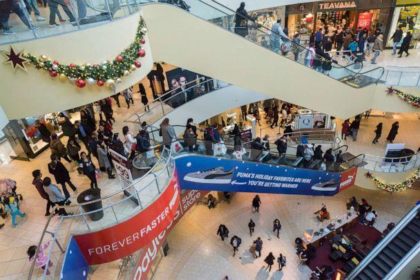 PHOTO: Crowds of last minute shoppers pack the Queens Center Mall in the borough of Queens, New York, December 19, 2015. (Richard Levine/Getty Images, FILE)