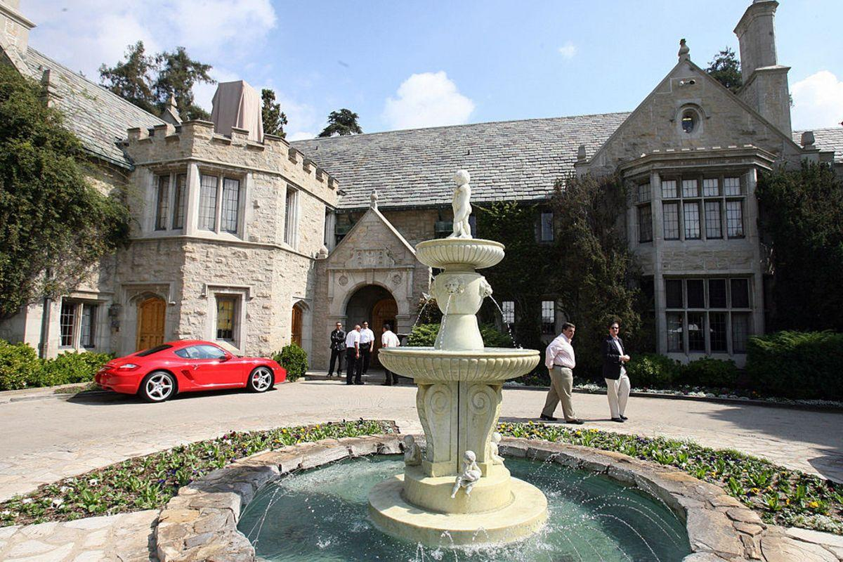 Beverly Hills, UNITED STATES: View of the Playboy Mansion, owned by US Playboy Magazine publisher Hugh Hefner in Beverly Hills, California, 14 October 2006. GABRIEL BOUYS (Photo credit should read GABRIEL BOUYS/AFP/Getty Images)