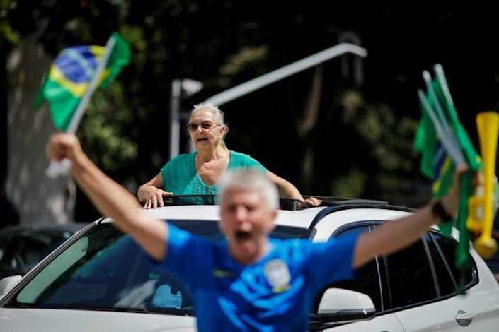 Supporters of Brazilian President Jair Bolsonaro demonstrate against quarantine and social distancing measures in Brasilia on April 26, 2020 (AFP Photo/Sergio LIMA)