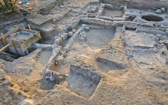 The remains of a wealthy estate, a mosaic fountain and a system of pipes connected to a large cistern dating back to the late 10th and early 11th centuries have been unearthed in Ramla in central Israel, archaeologists report.